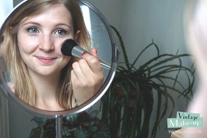 application poudre maquillage