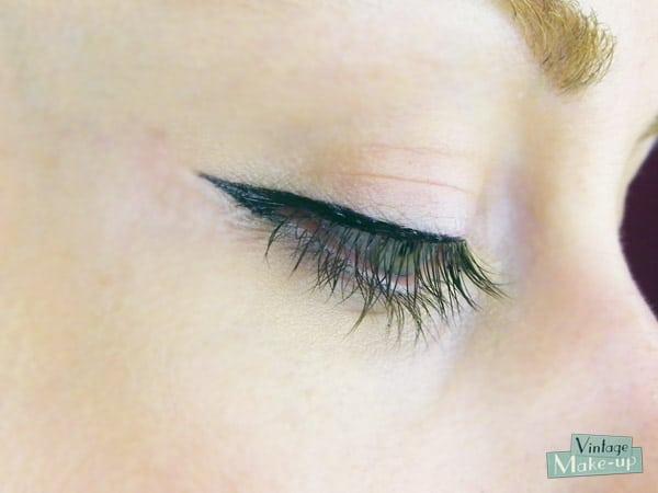 mettre eye liner